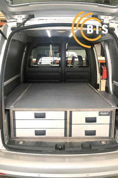 In Kleintransport eingebautes Unterfloorsystem mit geschlossenen Schubladen