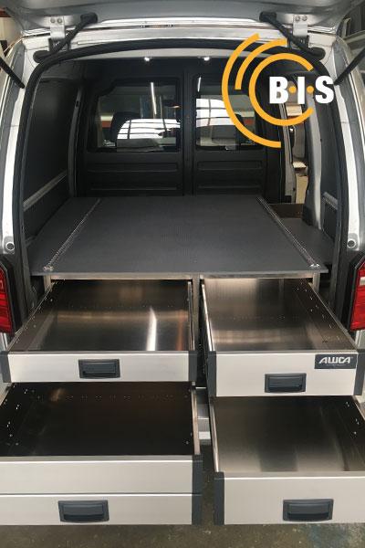 In Kleintransporter eingebautes Unterfloorsystem mit ausgefahrenen Schubladen